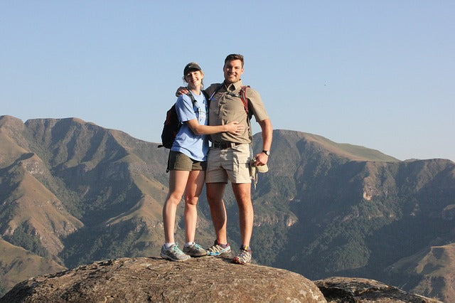 outdoor couples photography ideas hiking