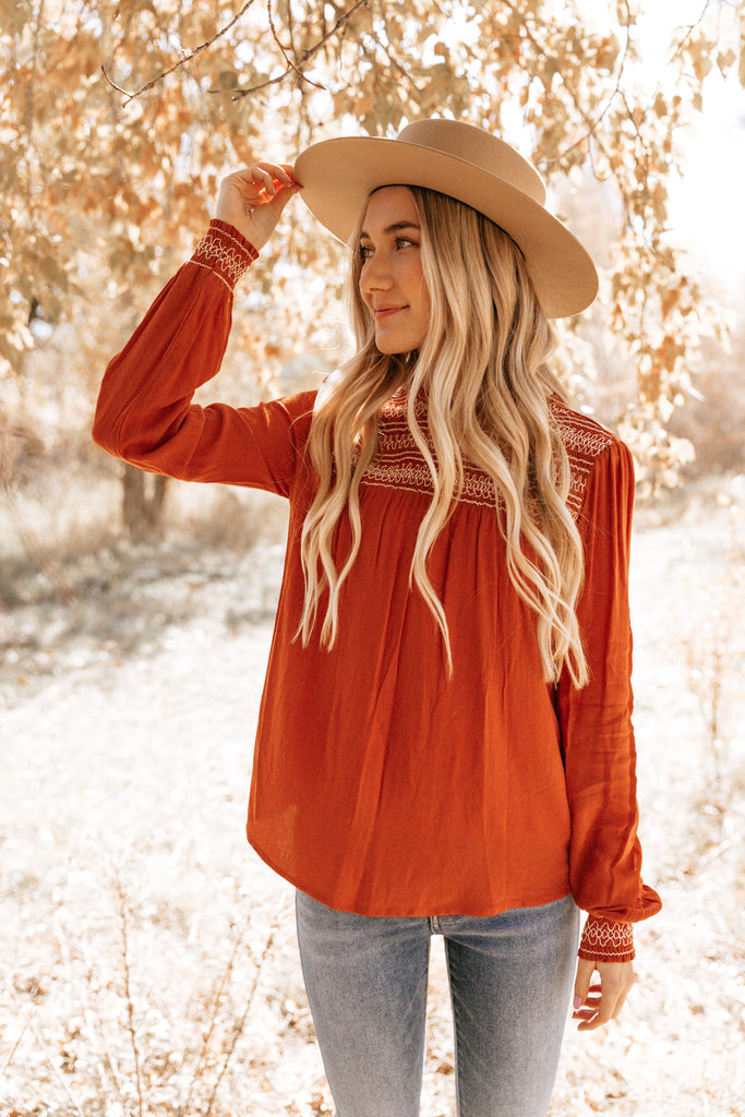 EMBROIDERED SCRUNCH SLEEVE TOP