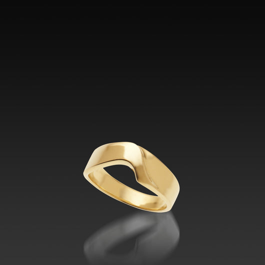 Men's 14 karat Yellow Gold Curvalinear Band