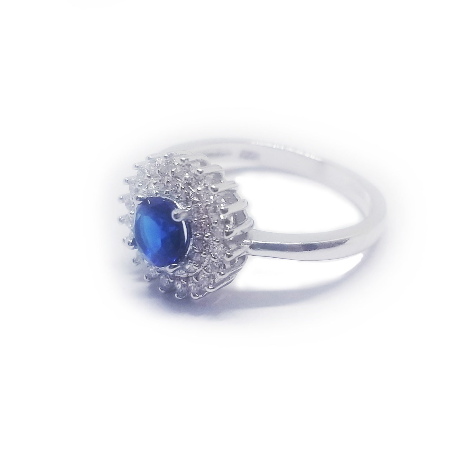 Lateral view blue sapphire colored cz silver ring