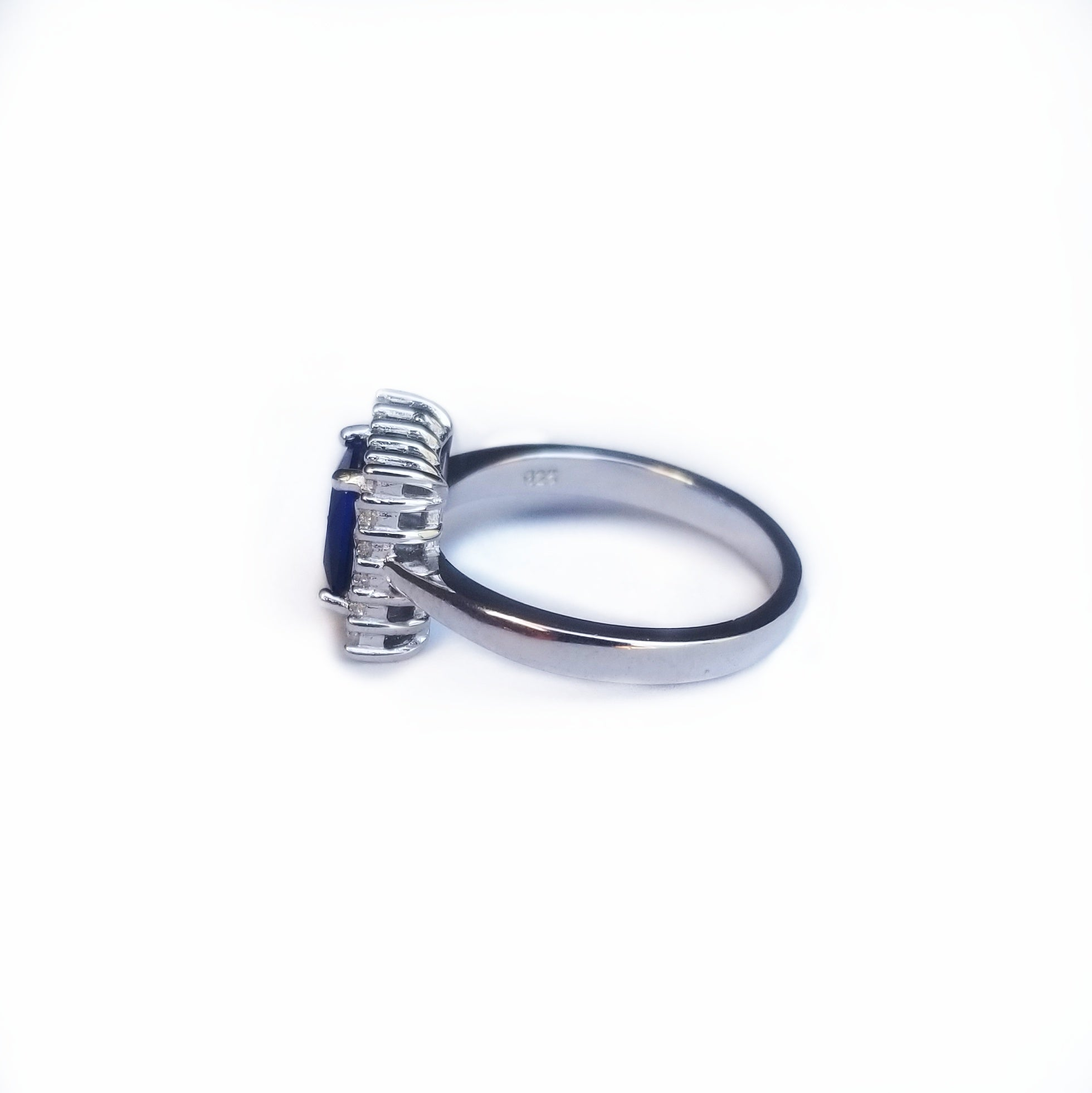 Lateral view sterling silver ring with blue cz