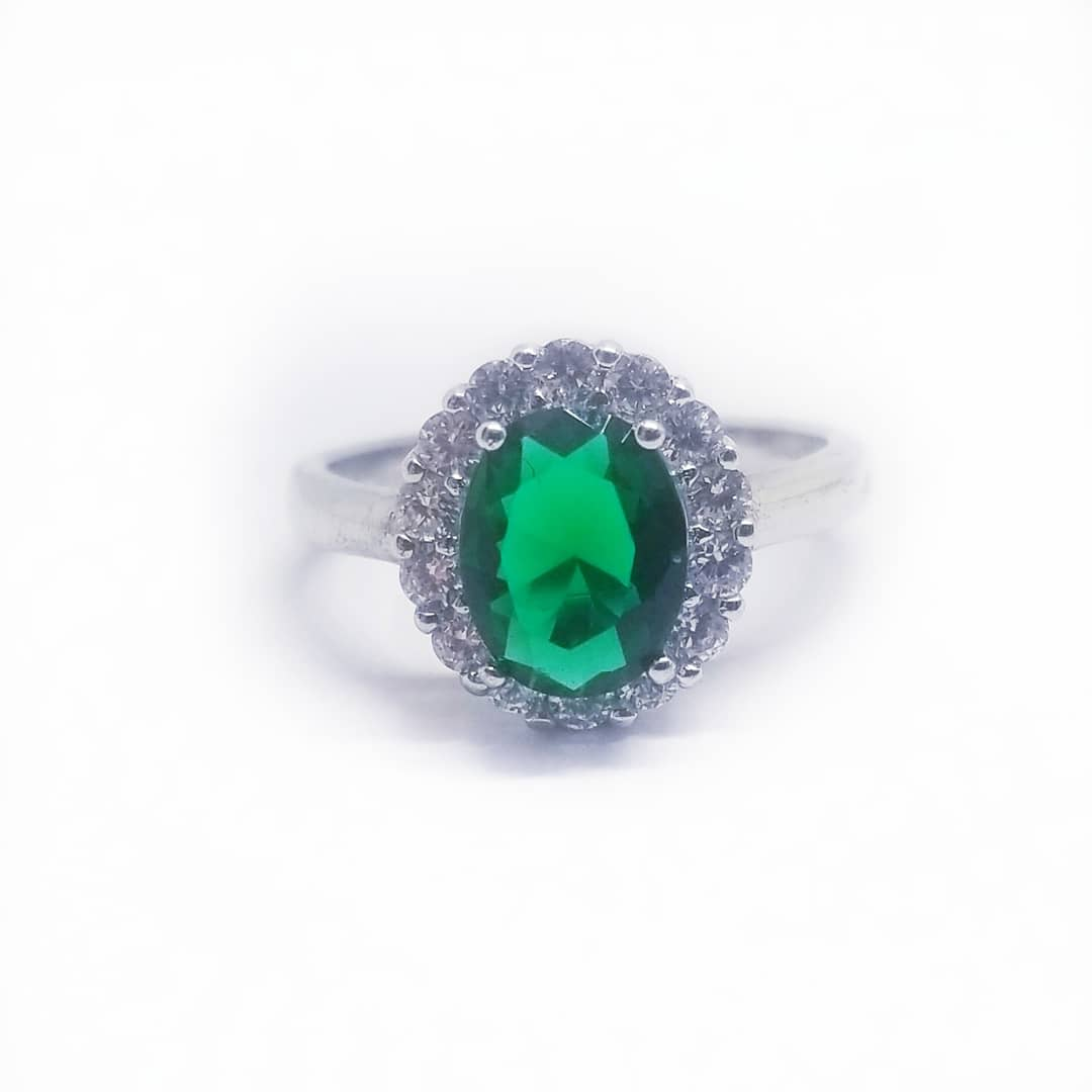 Simply beautiful ring made in sterling silver with cz