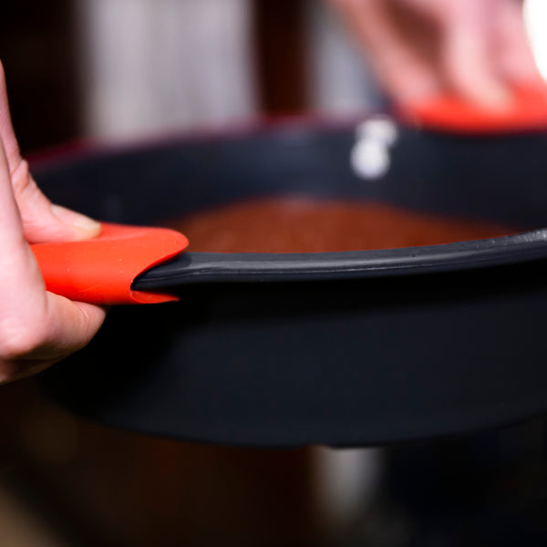 Edge Design's Pinch grip gripping a hot plate from the oven