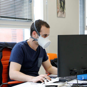 au bureau avec son masque michelin ocov - masque-sure.com