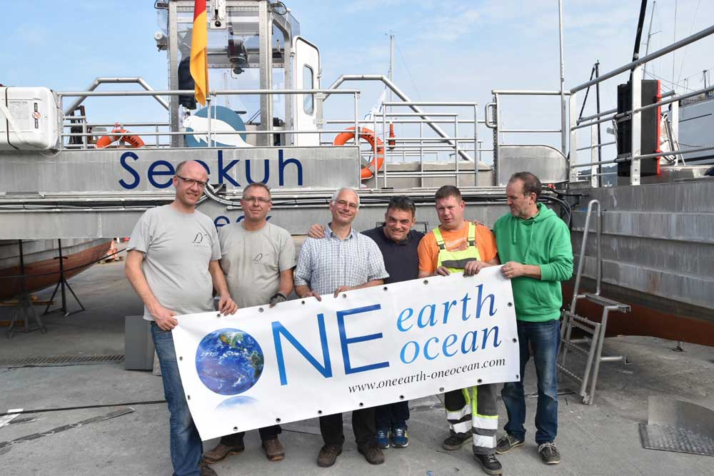 One Earth One Ocean Team vor dem Seekuh Schiff