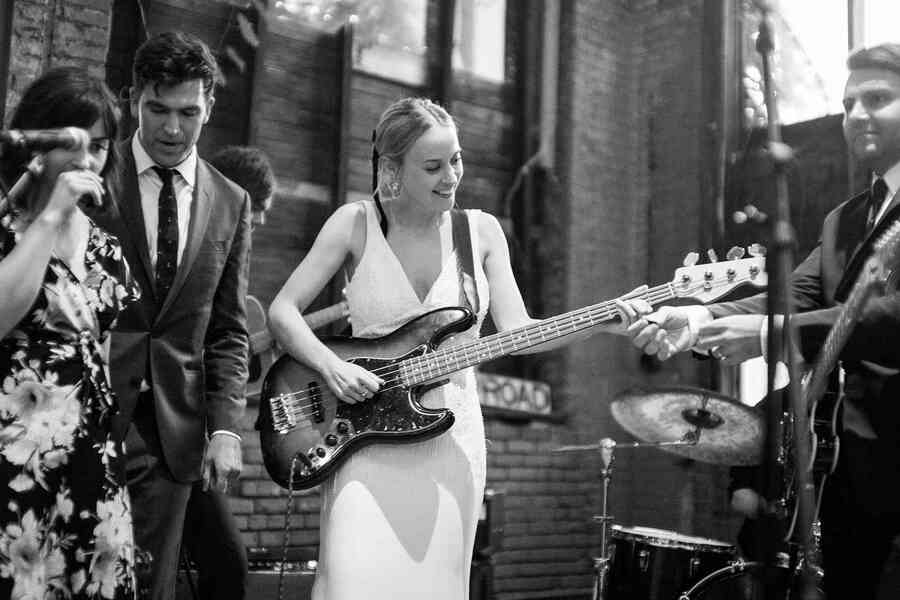 bride jouant de la guitare en direct du groupe