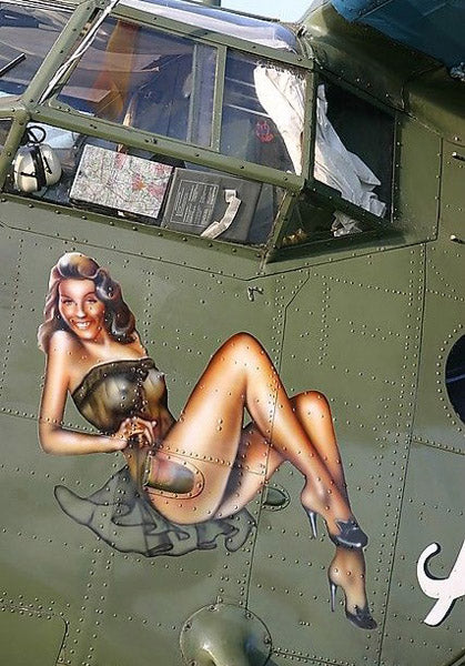 Pin-up dessinée sur une carlingue blindée d'avion
