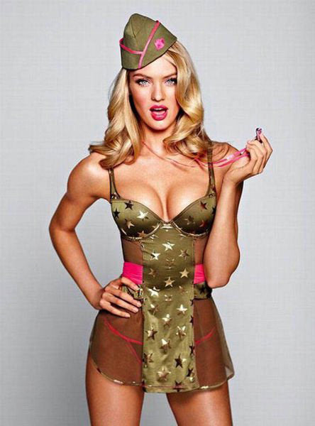 Pin-up militaire avec robe transparente