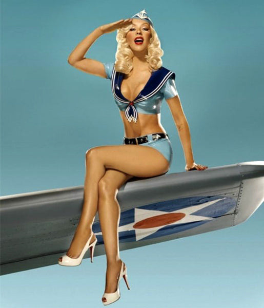 Pin-up militaire sur une aile d'avion