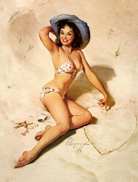 Pin-up qui a dessiné un cœur dans le sable