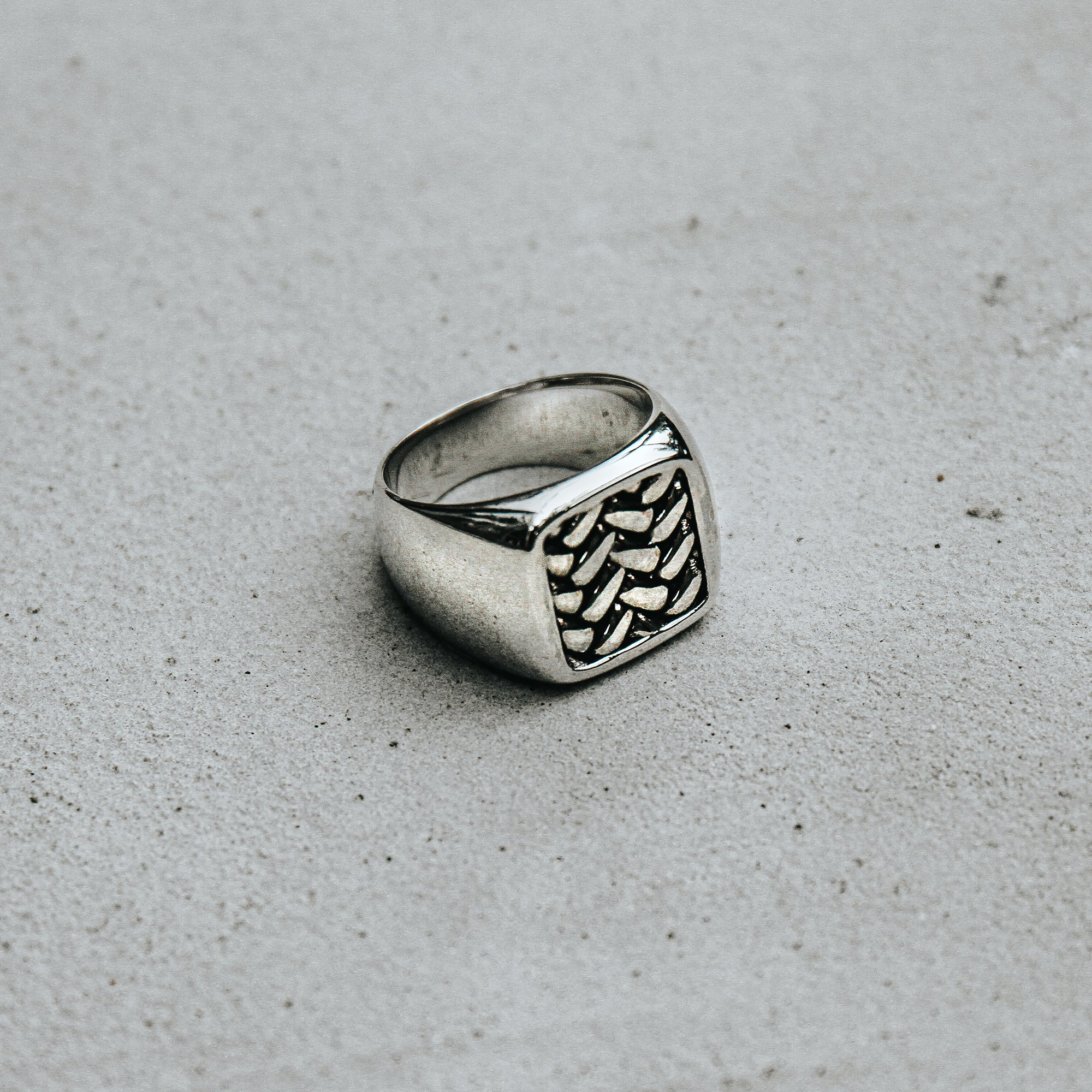 SUAVE | Rhodium Plated Squared Ring with Engraved Feathers