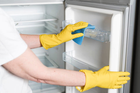 cleaning the fridge with vinegar solution