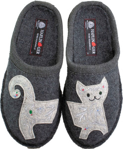 Lizzy kitty on grey wool