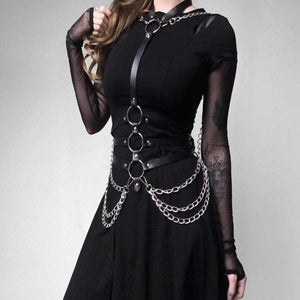 Arness of a gothic woman, central line attached to the neck and at the height of the chest three rings with straps on the sides surrounding the body, in the last ring fine chains to the sides. Synthetic Leather