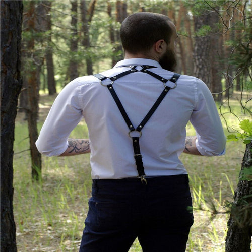 Arness of a flirtatious and elegant man, in the form of suspenders, two straps in front and one in the back that form a triangle to the universe. Synthetic leather.