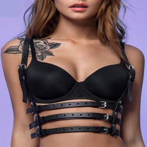 Sensual and fashionable chest harness for women. Two straps with three straps at the waist surrounding you. Synthetic leather.