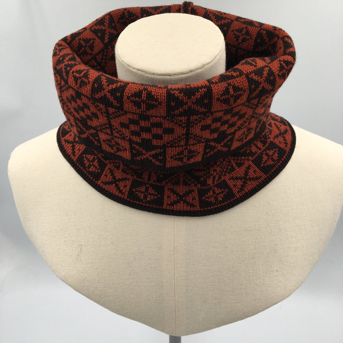red and black fair isle cowl made by Bakka