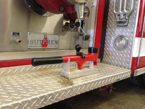 Span-Hammer mounter horizontally in holder on fire truck