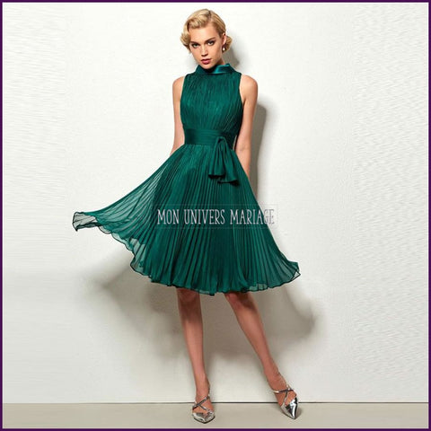 Robe de cocktail plissée verte.