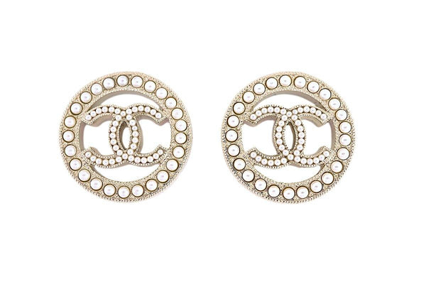 NIB Chanel Classic Circle Pearl Stud Earrings GHW