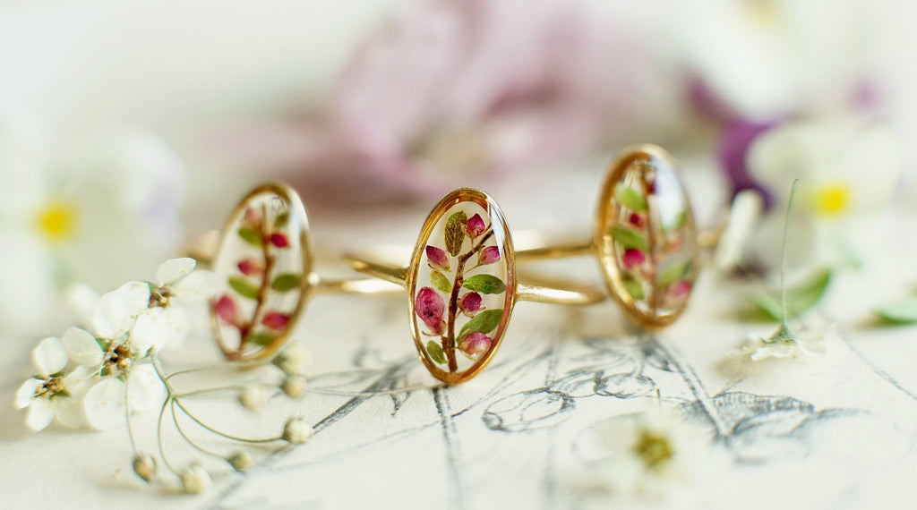 Pressed flower ring / flower confetti /terrarium ring / pressed flower jewelry / resin jewelry / engagement ring / Christmas gift