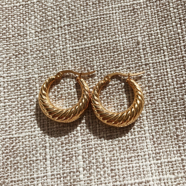 Queeni Wave Small Hoops - Gold