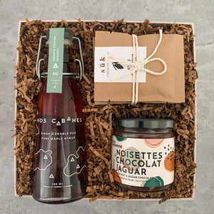 This one-of-a-kind curated gift box contains the following: Maple Syrup - Chemin Verdun, Mirabel by Nos Cabanes Two portions of Classic Milk Hot chocolat. All assemble by Happy Lemonade Gifts, Canadae powder by SUK  Hazelnut & Jaguar Chocolate spread by Allo Simonne assemble by Happy Lemonade Gifts Canada