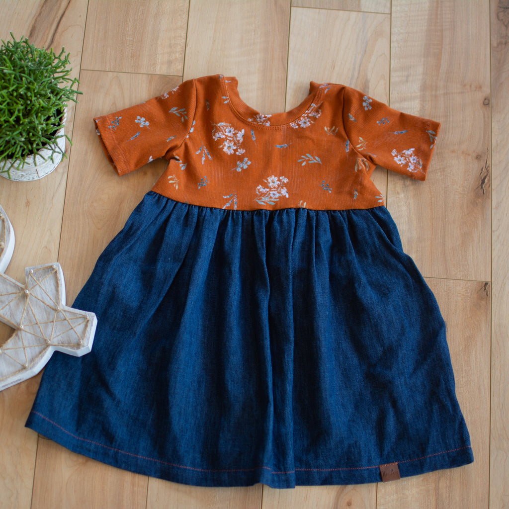 Robe denim et fleuri orange
