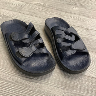SANDALS BY WALK THE WALK SIZE 6.5 - NAVY.