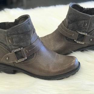 BOOTS ANKLE BY EARTH ORIGIM SIZE 8.5 - BROWN AND GRAY .