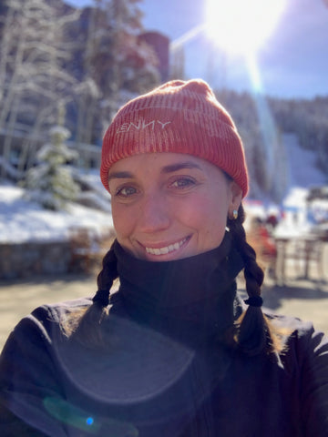 Annie wearing the Alex LENNY beanie in tahoe