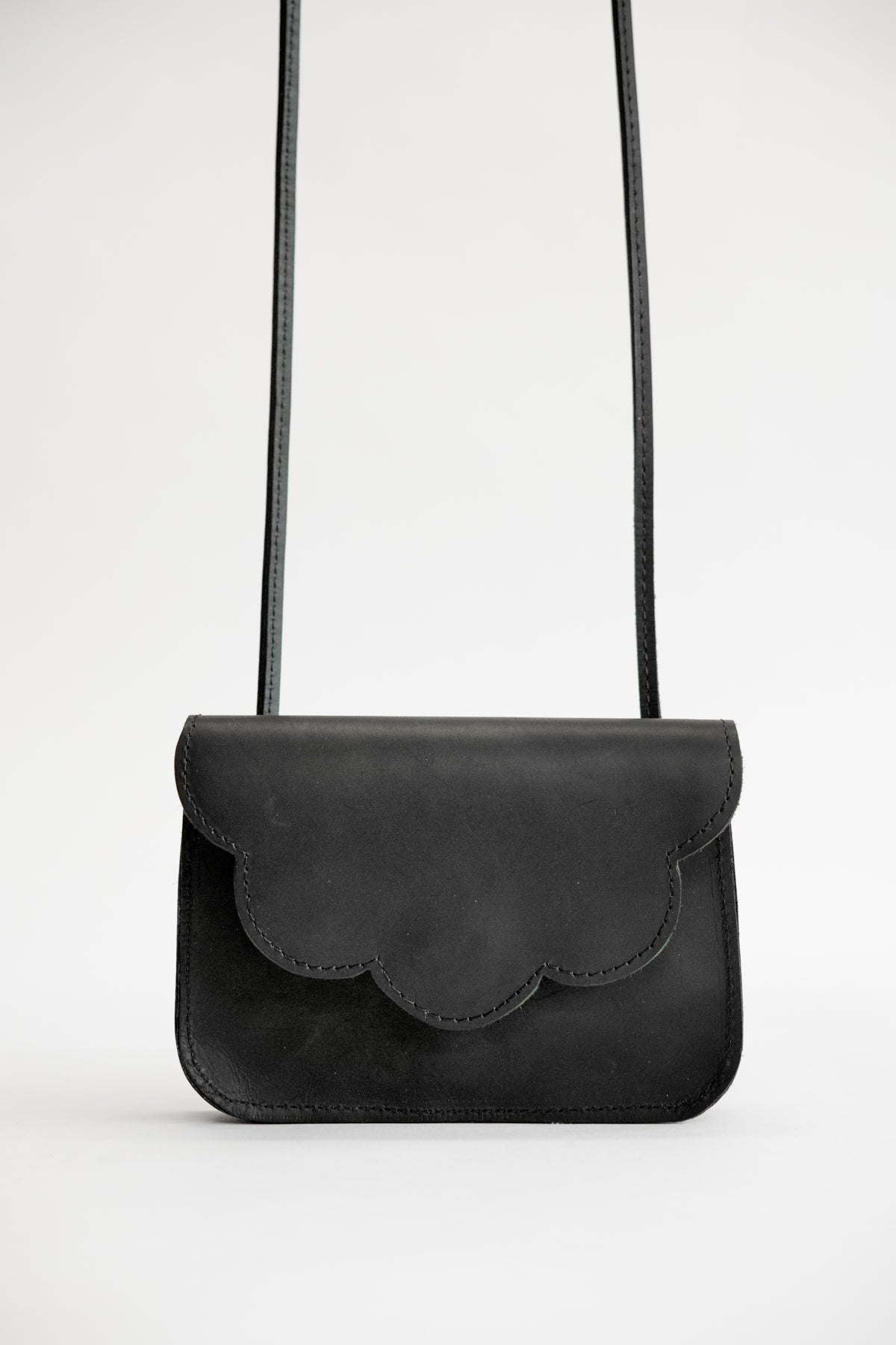 Small leather bag with shoulder strap and scalloped flap