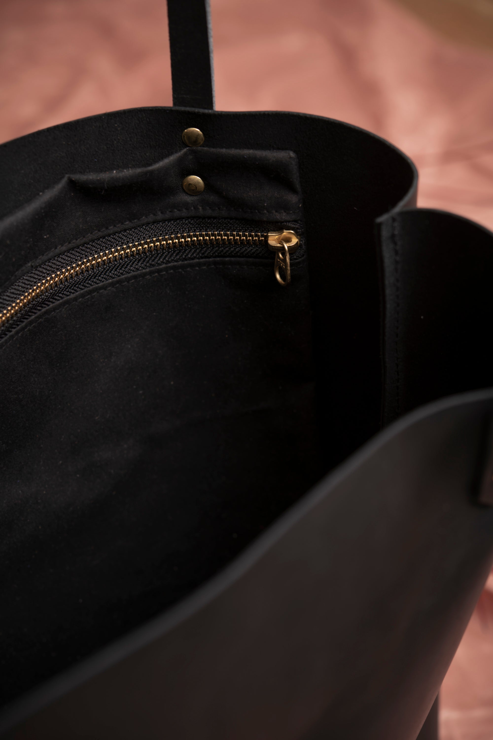 Veinage Molson black leather minimalist tote bag detail