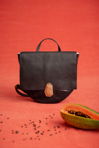 PAPAYE leather backpack with wooden closure