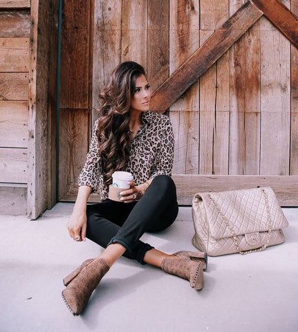 leopard blouse and skinny jeans