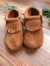 Load image into Gallery viewer, Minnetonka Leather Moccasins