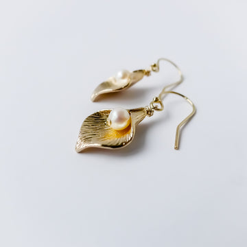 Calla earrings / fresh water pearls / Short earrings