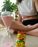 women sitting on the floor with sand timer -how the best menstrual underwear or period pants work. תחתוני מחזור הכי טובים ונוחים בארץ