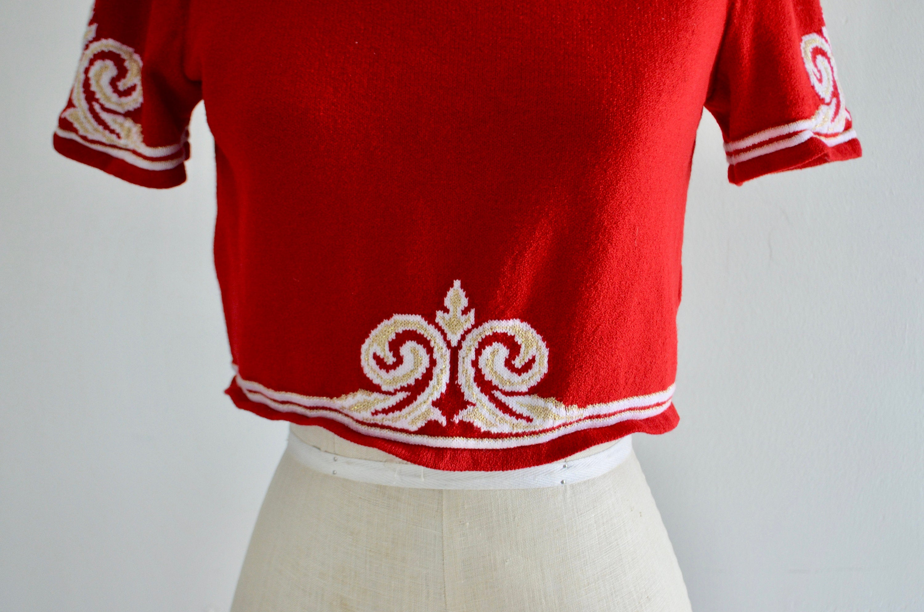 St John Sport Marie Gray Red Rib Knit Cropped Top Luxury Fine Gauge Stripe Neck Gold Fleur De Lis