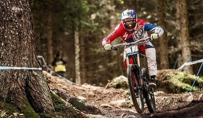 Aaron Gwin's perfect posture