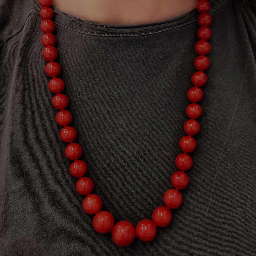 An Important Deep Red Coral Necklace With 18 Karat Yellow Gold Diamond Clasp model view