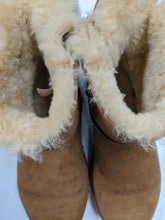Load image into Gallery viewer, UGG Boots Size 8