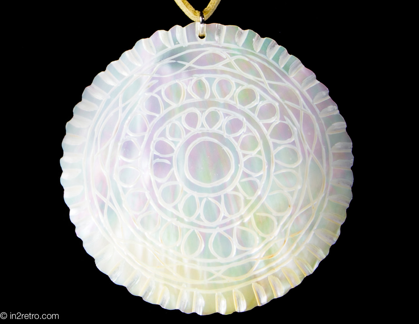 VINTAGE ARTISAN DESIGNED ETCHED MOTHER OF PEARL CIRCLE PENDANT NECKLACE