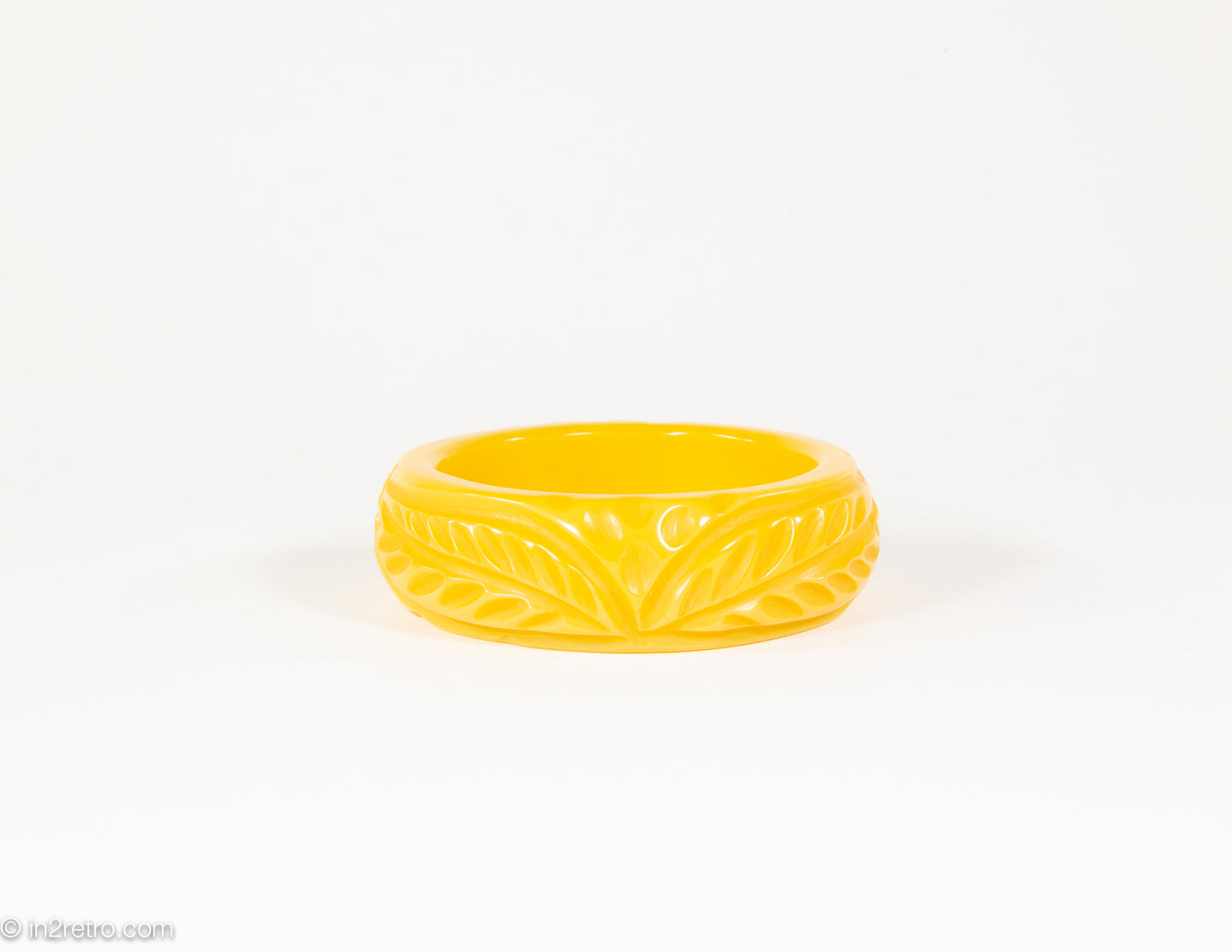VINTAGE BAKELITE CREAMED CORN DEEPLY CARVED LEAVES BANGLE BRACELET/ 1940s
