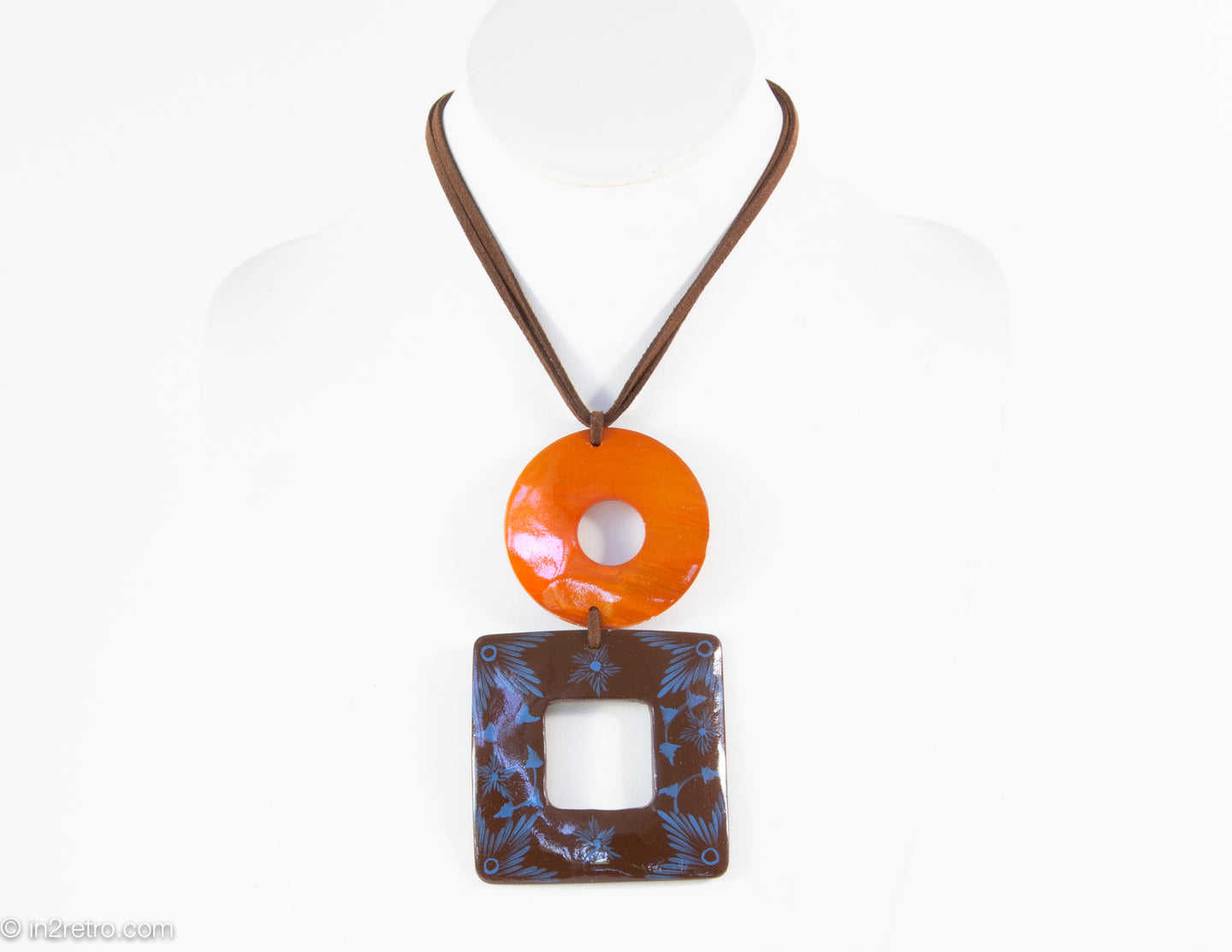 VINTAGE ARTISAN DESIGNED HAND-PAINTED GEOMETRIC SHELL PENDANT NECKLACE