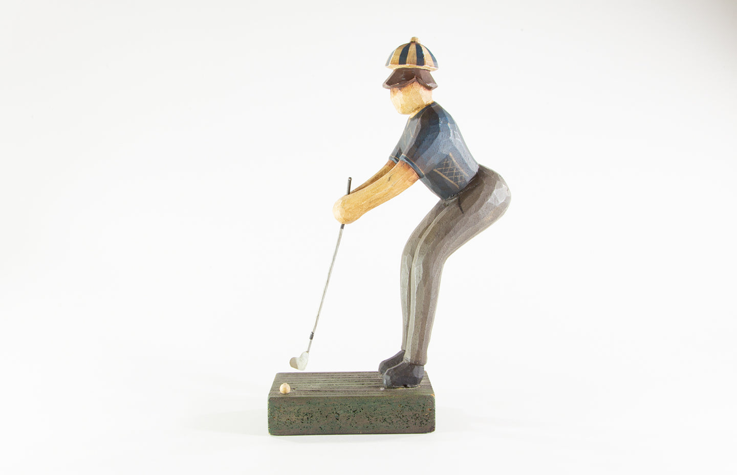 HAND CRAFTED / PAINTED WOODEN GOLFER 'PUTTING A BALL' CARVED SCULPTURE/FIGURINE