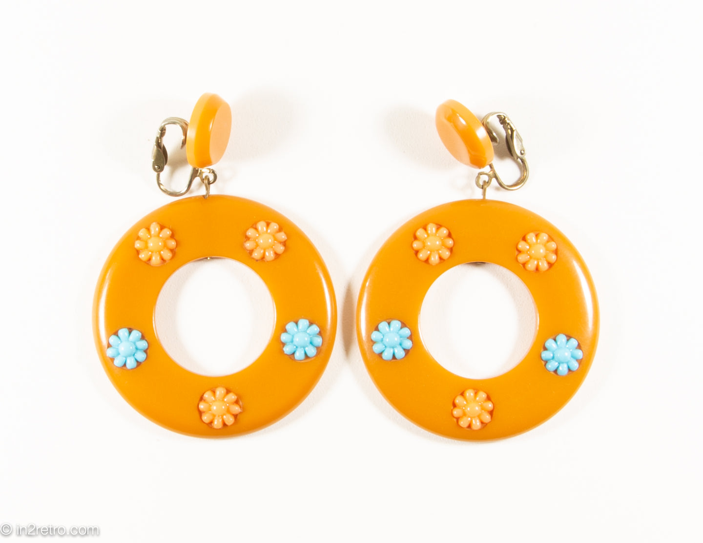 VINTAGE MOD BUTTERSCOTCH BAKELITE EMBELLISHED CLIP-ON DANGLE EARRINGS | 1960s-1970s