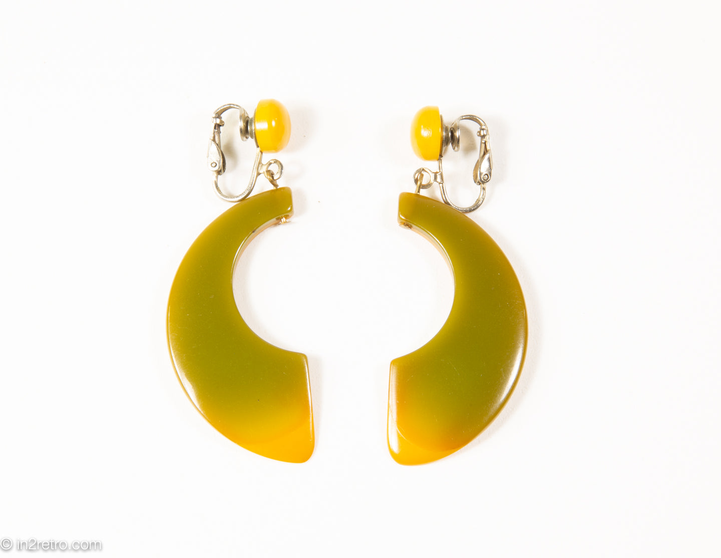 VINTAGE BAKELITE OLIVE AND BUTTERSCOTCH HALF-MOON/CRESCENT DANGLE CLIP EARRINGS/ 1960s-1970s