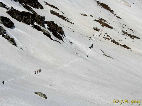 Trekking across the Sar Pass
