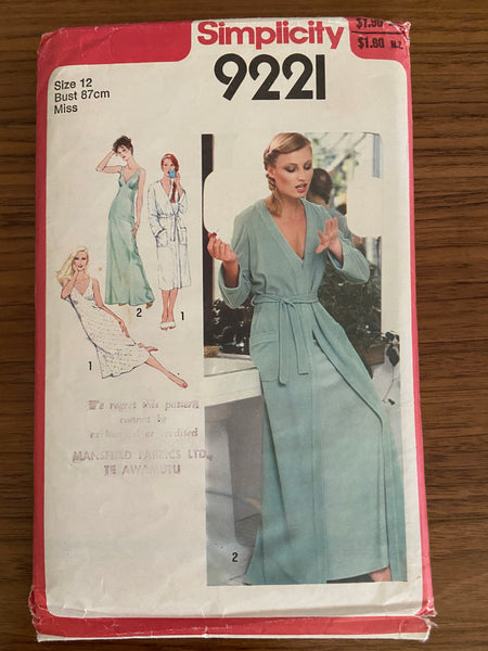 Simplicity 9221 vintage 1970s robe and bias nightgown pattern